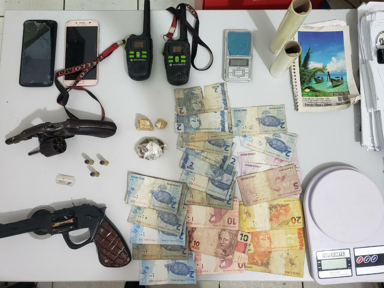 POLÍCIA CIVIL PRENDE DUAS PESSOAS POR TRÁFICO DE DROGAS, ASSOCIAÇÃO PARA O TRÁFICO E POSSE ILEGAL DE ARMA DE FOGO, EM ROSÁRIO